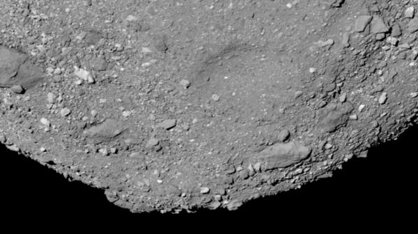 مشهد عريض الزاوية لقطب مسبار بينو الجنوبي الذي التقطه مسبار أوسايرس ريكس OSIRIS-Rex في 14 آذار/مارس عام 2019.  حقوق الصورة: NASA/Goddard/University of Arizona