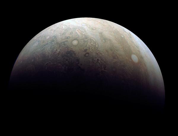 أعاد ديميان بيتش Damian Peach معالجة إحدى الصور التي التقطتها كاميرا جونو جونوكام أثناء مرورها الثالث بقرب المشتري يوم الحادي عشر من ديسمبر عام 2016. توضح الصورة إعصارين كبيرين في غلاف المشتري الجوي. المصدر:NASA/JPL-Caltech/SwRI/MSSS