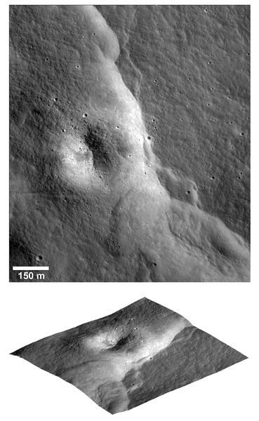 يظهر في الصورة الأولى (أعلاه) والصورة الثانية (أدناه) أحد المنحدرات الصدعية المفصصة البارزة في عنقود فيتيلّو، وهو واحد من آلاف المنحدرات الصدعية المُكتشفة في صور كاميرا المستكشف المداري القمري. في الصورة الثانية، وُضعت الصورة المُلتقطة بواسطة الكاميرا ضيقة الزاوية فوق التضاريس التي تم الحصول عليها من الصور المُجسّمة الخاصة بهذه الأخيرة. رُفعت فوهة مُتآكلة للأعلى عندما تشكّل المنحدر الصدعي. وقد اصطفت الصخور الموجودة داخل الفوهة في صفوف موازية لاتجاه المنحدر الصدعي. حقوق الصورة: ناسا/المستكشف المداري القمري/جامعة ولاية أريزونا/مؤسسة سميثسونيان