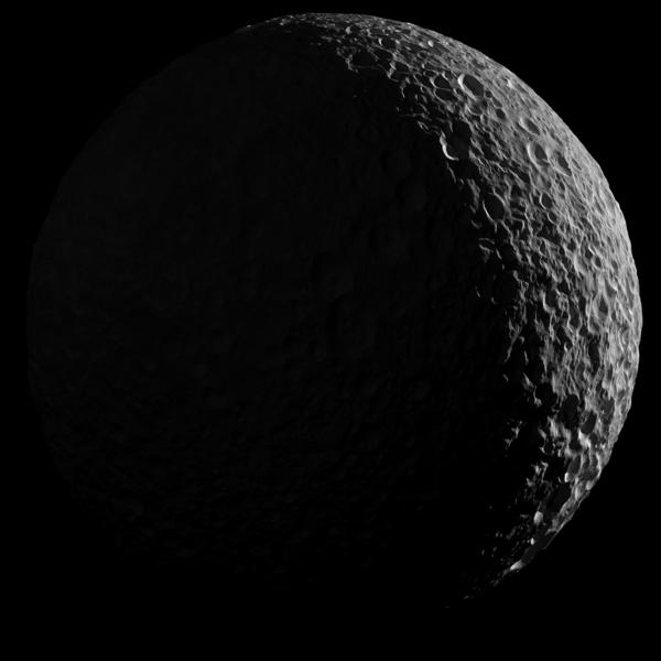 صورة فسيفسائية ثانية لميماس إذ يبدو مناراً في الجانب المقابل للشمس فقط. Credit: NASA/JPL-Caltech/Space Science Institute.