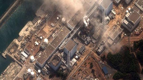 صورة فضائية لمحطة الطاقة النووية فوكوشيما داييتشي Fukushima-Daiichi بتاريخ 16 آذار/مارس 2011، عقب زلزال بقوة 8.9 وتسوماني مطلقين العنان لسلسلة من الأحداث الكارثية بالمُنشأة. حقوق الصورة: DIGITALGLOBE VIA GETTY IMAGES