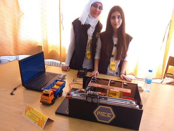الطالبة رهف عقدة والطالبة حلا جبور قدمتا مشروعهما عن أنظمة التخزين الآلي وحلول التوزيع