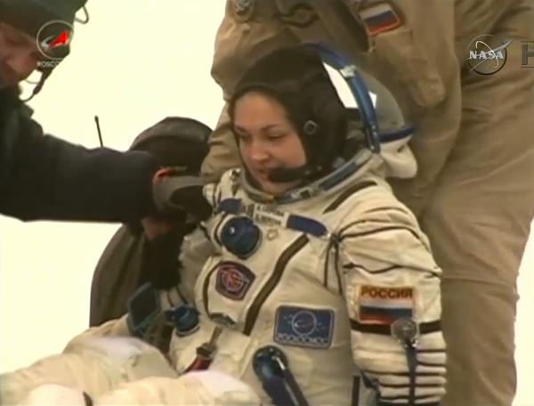 بعد رحلتها الأولى إلى محطة الفضاء الدولية، تتمّ مساعدة مهندس الطيران للبعثة42 إلينا سيروفا (Elena Serova) من وكالة الفضاء الروسية الفيدرالية للخروج من مركبة سويوز التي أعادتها وفريقها من محطة الفضاء الدولية إلى الأرض.Credits: NASA