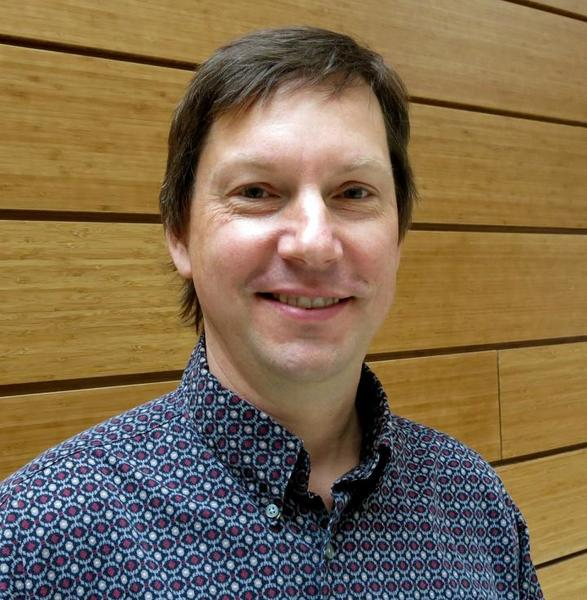 """ميشيل وير أستاذ علم النفس في معهد علم الأعصاب في جامعة أوريغون قام باكتشاف كيفية استخدام الدماغ لعملية """"دفع وسحب"""" لترميز وترجمة الأصوات. حقوق النشر: جامعة أوريغون"""
