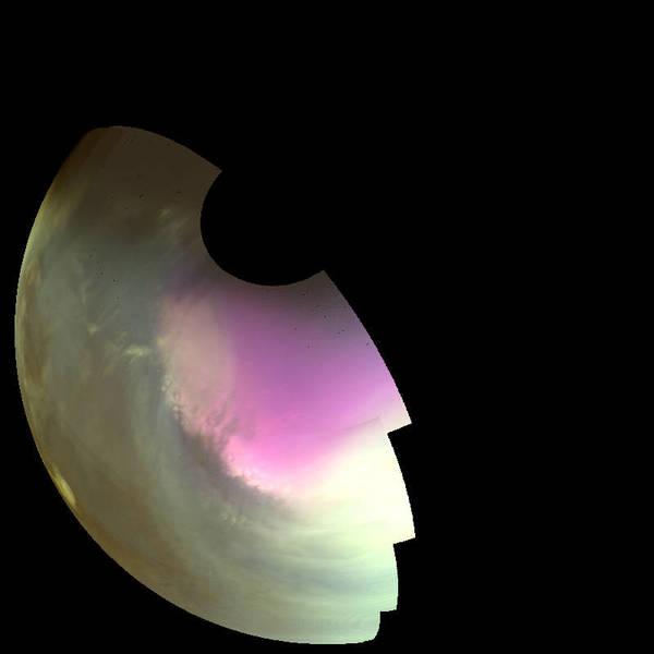 التقطت هذه الصورة فوق البنفسجية بالقرب من القطب الجنوبي للمريخ من قبل مسبار مافين في 10 تموز/يوليو 2016 ويظهر فيه الغلاف الجوي وسطح الكوكب خلال الربيع الجنوبي، وعولجت صور الأشعة فوق البنفسجية لتظهر بألوان مغايرة، وذلك لإظهار ما يمكن أن نراه بأعين حساسة للأشعة فوق البنفسجية. تشير المناطق المعتمة إلى السطح الصخري على الكوكب، بينما تشير المناطق الأفتح إلى الغيوم والغبار والضباب. أما المنطقة البيضاء المرتكزة في القطب فتشير إلى ثاني أكسيد الكربون المجمد أو الجليد الجاف dry ice على السطح. وتبقى تجويفات الجليد داخل الحفر حيث يتراجع الغطاء القطبي في الربيع، معطيًا حافته ذلك المظهر الخشن. كما تظهر تركيزات عالية من الأوزون في الغلاف الجوي باللون الأرجواني. وتحدد الحافةُ المتموجة للمنطقة المغمورة بالأوزون أنماطَ الرياح حول القطب. Credits: NASA/MAVEN/University of Colorado