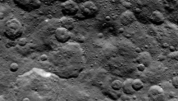 تظهر هذه الصورة التي التُقطت من المركبة داون التابعة لناسا في السادس من حزيران/يوليو 2015 فوهات الصدم النيزكية في نصف الكرة الشمالي للكوكب القزم سيريس.