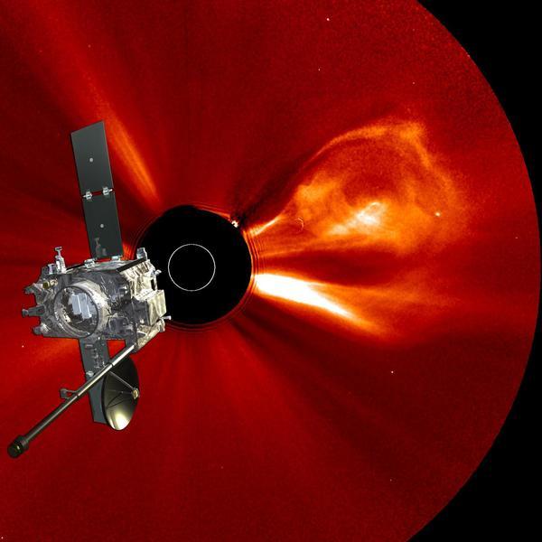 تظهر في هذه الصورة الانبعاثات الإكليلية الكتلية حيث تمت إضافة صورة إحدى مركبتي بعثة بعثة ستيريو إليها.   المصدر: NASA/STEREO