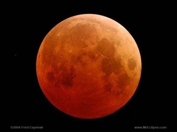 هكذا يبدو الخسوف الكلي للقمر. إنه الخسوف الكلي الذي حدث بتاريخ 27 تشرين الأول/ أكتوبر 2004. نصف نحن الكتاب الفلكيين عادة الخسوف الكلي للقمر كما يظهر في الصورة blood red (القمر الدموي). حقوق الصورة: Fred Espenak of NASA