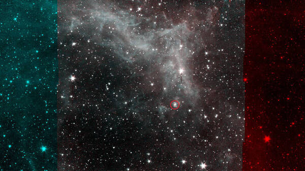 صورة التقطها تيليسكوب سبيتزر الفضائي التابع لناسا لسديم كاليفورنيا، والتي تسلط الضوء على مجرة في خلفية الصورة (المحاطة بدائرة حمراء) ذات أذرع لولبية واضحة المعالم. حقوق الصورة: NASA/JPL/Caltech
