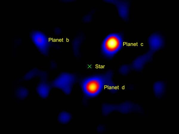 صورة مُلتقطة في العام 2010 لكواكب فائقة الكتلة تدور حول النجم HR8799. حقوق الصورة:  NASA/JPL-Caltech/Palomar Observatory