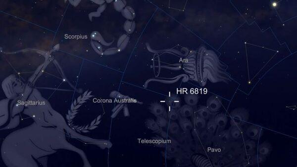 يقع النظام الثلاثي HR 6819، الذي يتكون من نجمين وثقب أسود، في كوكبة المرقاب الحديثة، التي يمكن رؤيتها من نصف الكرة الجنوبي. يتمتع النجمان بسطوعٍ من القدر الخامس، ما يعني إمكانية رؤيتهما تحت سماء الليل الصافية بدون مناظير ثنائية أو تلسكوبات. (حقوق الصورة: SkySafari)