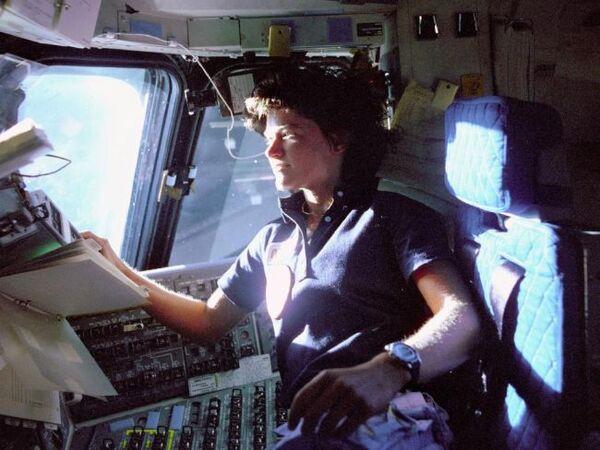 سالي رايد، وهي تراقب لوحات التحكم من كرسي الطيار على متن مهمة STS-7. حقوق الصورة: ناسا