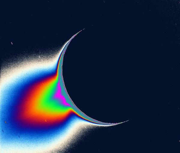 تُظهر صورُ كاسيني للجزءِ الخلفيّ المضاءِ بالشمس للقمر إنسيلادوس، مصادرَ الرذاذِ الناعم من المواد والشبيه بالنافورة يعلو فوق منطقة القطب الجنوبي للقمر.