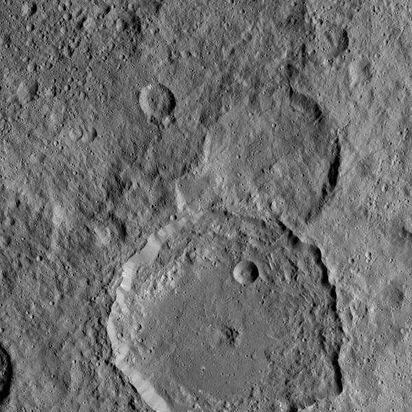 التقطت المركبة الفضائية Dawn التابعة لناسا هذه الصورة لفوهة Gaue على سطح سيريس، وهي الفوهة الكبيرة الظاهرة في أسفل الصورة. وGaue هو اسم لآلهة في الحضارة الجرمانية كان يقدم لها الناس القرابين في موسم حصاد نبات الشَيْلَم.)) المصدر: Credits: NASA/JPL-Caltech/UCLA/MPS/DLR/IDA