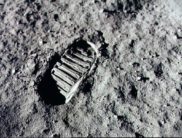 """آثار الأقدام الشهيرة على السّطح القمريّ من بعثة """"أبولو 11""""، والتي تركت أثرًا عميقًا في الثّرى. المصدر: ناسا"""