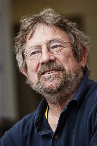 جون مايكل كوستيرليتز أحد العلماء الثلاثة الذين منحوا جائزة نوبل في الفيزياء، وهو يأخذ وضعية للصور في جامعة آلتو في إسبو، فنلندا، الثلاثاء 4 تشرين الأول /أكتوبر، 2016. حيث تشارك الجائزة مع كل من ديفيد ثاوليس ودانكن هالدين وذلك لاكتشافاتهم في انتقالات الطور الطوبولوجية والأطوار الطوبولوجية للمادة.  المصدر (AP Photo/Mel Evans)