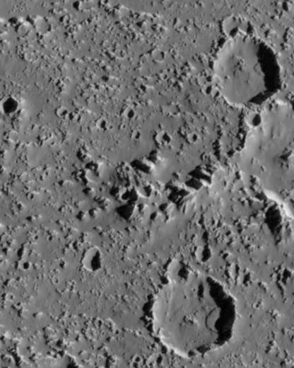 صور غاليليو لسطح قمر المشتري كاليستو، تظهر انهيارات ترابية ضمن حفرٍ ناجمة عن ذلك، يتراوح طول كلا الانهيارين حوالي 3 إلى 3.5 كم. حقوق الصورة: Lunar and Planetary Institute/Arizona State University