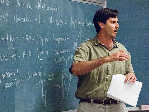 (مارك جاكوبسون) يضحك أمام السبورة. حقوق الصورة: L.A. سيسرو