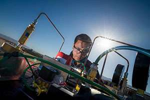 طالب يعمل على المحرك. المصدر: Credit: Erik Jepson/UC San Diego