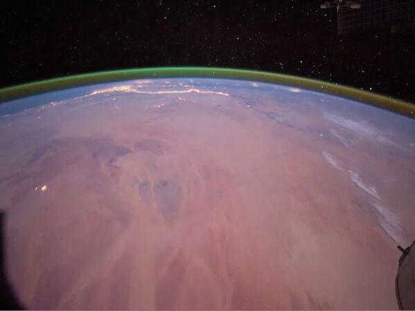 يظهر في هذه الصورة التي التقطها روّاد الفضاء على متن محطة الفضاء الدولية ISS في عام 2011، شريطٌ أخضر ناتج عن توهج الأوكسجين فوق منحنى الأرض. على الجزء السطحي، يمكن رؤية أجزاء من شمال أفريقيا، حيث تتألق أضواء المساء على طول نهر النيل ودلتا النيل. (حقوق الصورة: NASA)