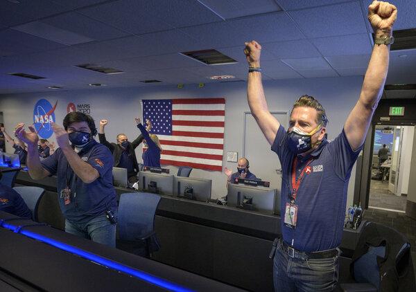 احتفال فريق المهمة بعد تأكيد هبوطها بنجاح على الكوكب الأحمر يوم الخميس 18 فبراير. حقوق الصورة: Bill Ingalls/NASA via AP