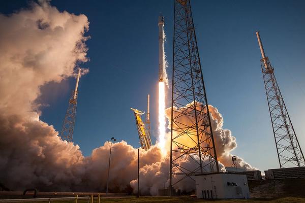 أطلق صاروخ فالكون 9 التابع لشركة سبيس أكس وعلى متنه القمر الصناعي الاستطلاعي للكواكب الخارجية العابرة (تيسس TESS) التابع لوكالة ناسا من محطة كيب كانافيرال الجوية في فلوريدا في 18 أبريل/نيسان 2018. حقوق الصورة: SpaceX