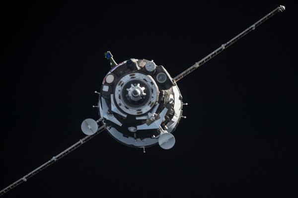 تُظهر الصورة المركبة الفضائية سويوز (Soyuz) بداخلها ثلاثة أعضاء جدد من طاقمها مقتربة من المحطة الفضائية الدولية، في 12 أيلول/سبتمبر. المصدر: NASA