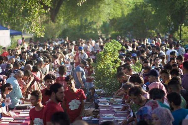 الحشود الكبيرة التي ارتادت المهرجان وهي تنتقي من الكتب المعروضة في الهواء الطلق ما تشاء
