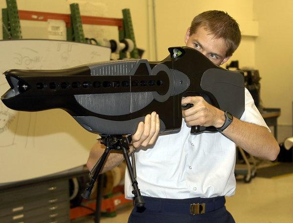 بندقية الإعاقة والتحفيز الشخصية وهي نموذج أولي لأسلحة غير مميتة طورها سلاح الجو الأمريكي. حقوق الصورة: USAF