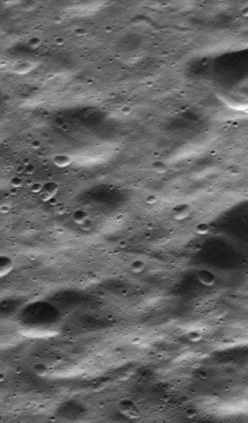 هذه الصورة لديوني من كاسيني تتضمنُ مشهداً ذا دقةٍ عالية لسطح القمر الجليدي كصورة جزئية في وسط الجزء الأيسر. Credit: NASA / JPL-معهد كاليفورنيا للتكنولوجيا / معهد علوم الفضاء