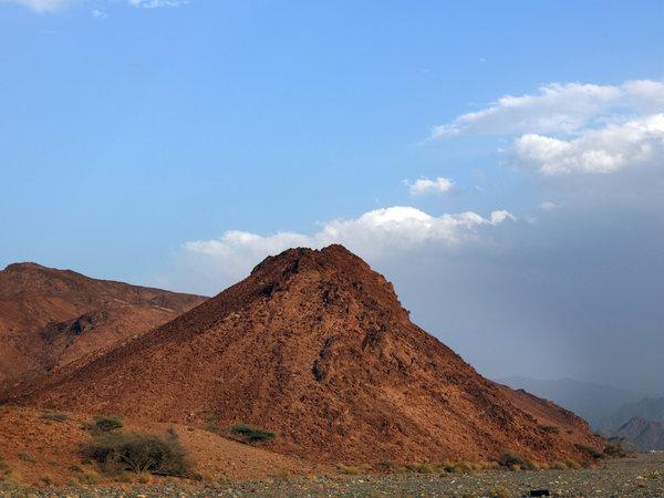 جبل صغير من الصخور الغنية بالكربونات خارج لزغ Lizugh، وهي بلدة تقع جنوب غرب مسقط. وقد تأكسد الحديد في الصخور، مما جعلها حمراء.