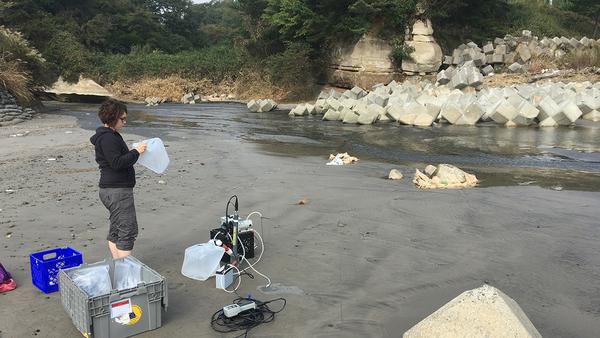فيرجيني سانيال، عالمةٌ من معهد وودز هول لعلوم المحيطات، تأخذ عينات المياه الجوفية تحت الشواطئ في اليابان. كما قامت بغرس أنابيب يتراوح طولها بين 3 و7 أقدام في الرمال، وضخ المياه الجوفية الكامنة، وتحليل محتوها من السيزيوم 137. حقوق الصوة مات شاريت Matt Charette معهد وودز هول لعلوم المحيطات.
