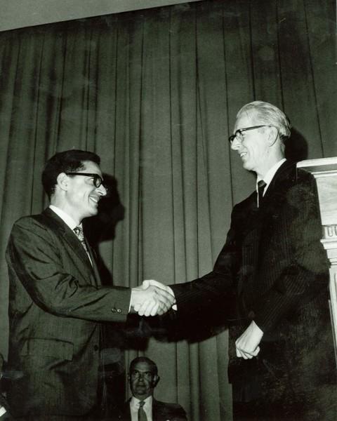 تلقي الجائزة من مدير ناسا الدكتور جيمس فليتشر James Fletcher.
