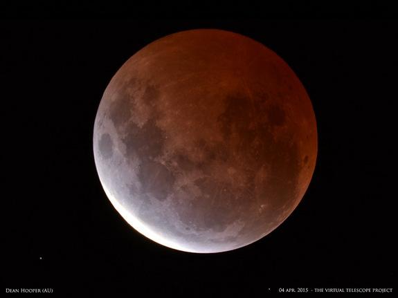 التقط المصور دين هوبر Dean Hooper تلك الصورة الرائعة للخسوف القمري في الرابع من أبريل/نيسان عام 2015 من ملبورن- أستراليا. وقد تمت مشاركة تلك الصورة بواسطة مشروع التلسكوب الافتراضي Virtual Telescope Project بإيطاليا)). المصدر: دين هوبر.