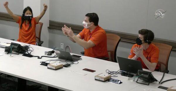 احتفلت ميمي أونغ MiMi Aung (على اليسار)، مديرة مشروع مروحية المريخ التابع لناسا، مع فريقها في مختبر الدفع النفاث في كاليفورنيا بعد رؤية صور أول رحلة ناجحة لمروحية إنجنيوتي في 19 أبريل 2021. حقوق الصورة: NASA