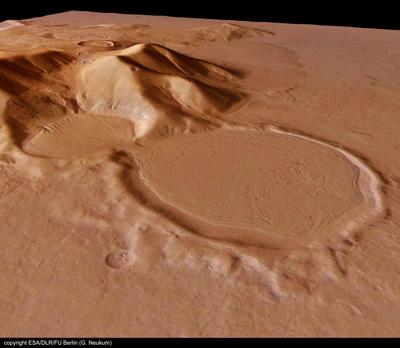 الفوهة بشكل الساعة الرملية على المريخ. المصدر: G. Neukum - ESA/DLR/FU Berlin