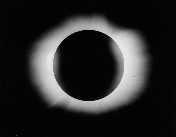 صورة فوتوغرافية للكسوف الشمسي مأخوذة من قبل آرثر إدينجتون وإدوين كوتنهام، من جزيرة برينسيبي في 29 أيار/مايو، 1919. المرجع: A7/40 .  حقوق الصورة: Royal Astronomical Society