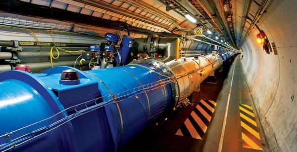 مصادم الهدرونات الكبير أضخم وأقوى معجل جسيمات في العالم.