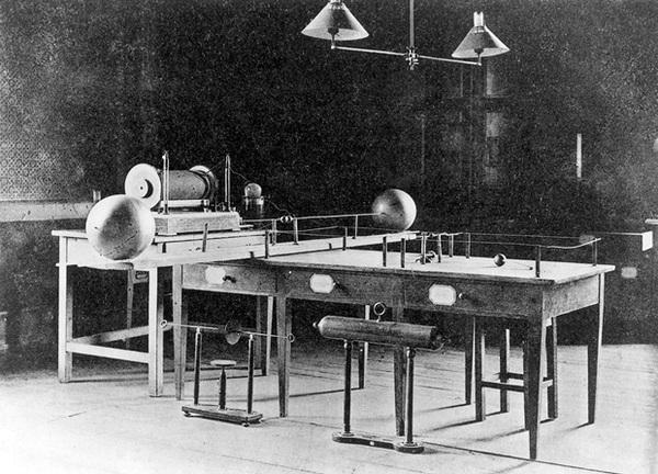 استخدم هيرتس الملف (يسارًا) والهوائيات (يمينًا) لينتج ويكشف عن الإشعاع الكهرومغناطيسي خارج المجال المرئي. حقوق الصورة: أرشيف معهد كارلسروه للتكنولوجيا. Credit: Karlsruhe Institute of Technology Archives.