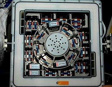 """تم في دراسة """"تفعيل الخلايا التائية في حالة الشيخوخة"""" استخدام حاضنة كوبيك الموجودة على متن محطة الفضاء الدولية. تظهر هذه الصورة وحدات مماثلة من العينات تم استعمالها في تجربة سابقة تدعى PKinase. المصدر: NASA/Millie Hughes-Fulford"""