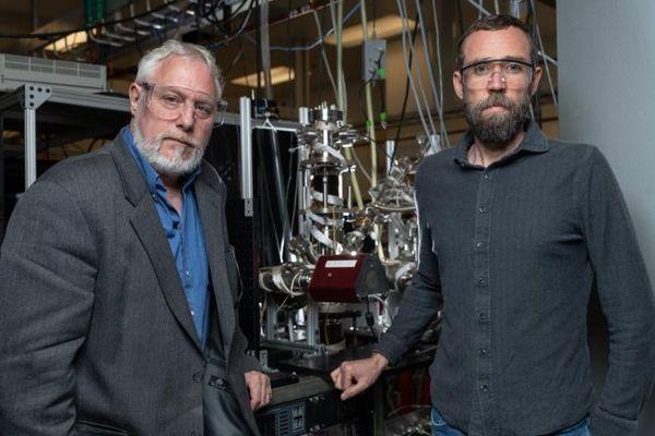 قام باحثا معهد جوروجيا للتقنية توم اورلاندو (يساراً) وبرانت جونز بنمذجة تفاعل كيميائي حيث يمكن للحرارة الحارقة على عطارد إنتاج الجليد على قطبي الكوكب. يعمل الباحثان أيضاً على هندسة هذا النوع من التفاعل الكيميائي في المختبر لطرحة كطريقة لصنع الماء خلال المهمات الفضائية المستقبلية المأهولة على القمر والمريخ. حقوق الصورة:Rob Felt/Georgia Tech