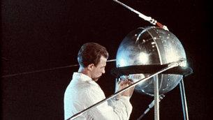تقنيّ يعمل على سبوتنيك-1 عام 1957
