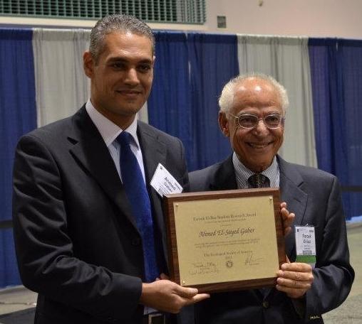 أحمد جابر Ahmed Gaber يتلقى جائزة GSA للطلاب في 2011.