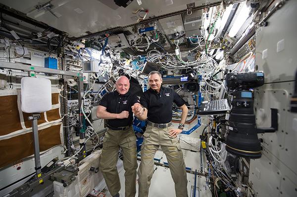 نرى في الصورة رائدي الفضاء سكوت كيلي مع رائد الفضاء ميخائيل كورنينكو وهما يحتفلان باليوم رقم 300 على متن محطة الفضاء.المصدر: NASA
