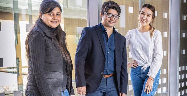 البروفيسور عارف، في الوسط، مع طلاب الدراسات العليا، لاكسمي باندي Laxmi Pandey، على اليسار، وغولنار رحمتولا Gulnar Rakhmetulla، يعملون على مشروع يفيد مستخدمي الحاسوب لذوي الهمم والأشخاص العاديين على حد السواء. حقوق الصورة: UC Merced