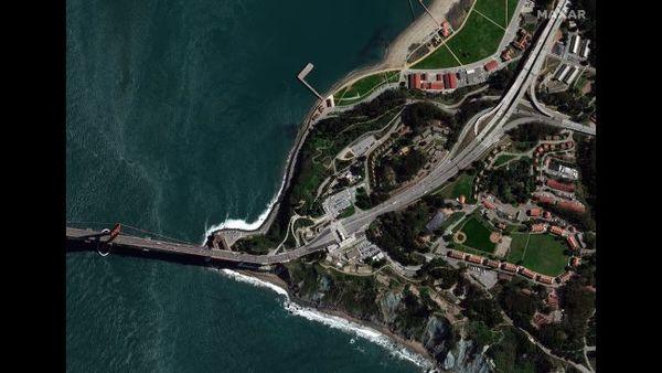"""جسر البوابة الذهبية أو """"جسر غولدن غيت"""" والمنتزه التابع له المعروف بـ""""Chrissy Park""""، في مدينة سان فرانسيسكو، في 3 مارس/آذار 2020."""