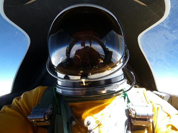قام طيار الطلعات البحثية التابعة لناسا توم رايان Tom Ryan بالتقاط هذه الصورة له بينما كان يحلق بطائرة الموارد الأرضية ER-2 التابعة لناسا فوق نيو ميكسيكو لاختبار أداة القياس التجريبية للارتفاع بواسطة أشعة الليزر الثلاثية MABEL في نيسان من عام 2011.