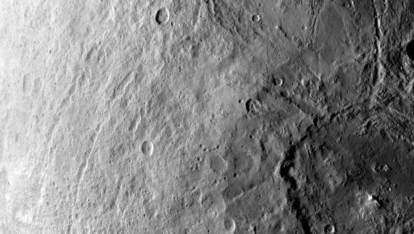 تظهر هذه الصورة التي التُقطت من المركبة داون التابعة لناسا في السادس من حزيران/يوليو 2015 فوهة كبيرة في نصف الكرة الجنوبي للكوكب القزم سيريس.