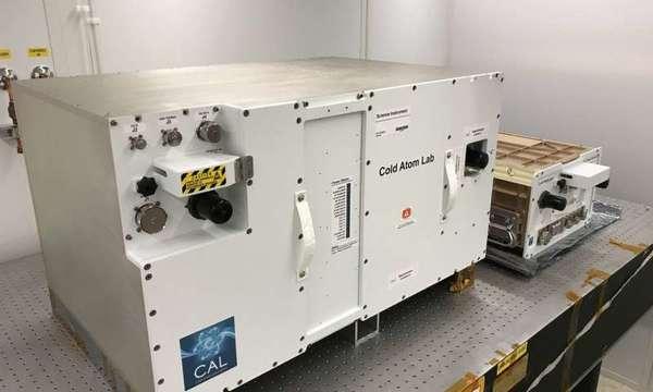 يتألف مختبر CAL من حاويتين قياسيتين سيُركبَّان على محطة الفضاء الدولية، حيث تحتوي الحاوية الكبيرة على حزمة فيزياء CAL أو الحيز الذي يُنتِج فيه CAL سحابة من الذرات فائقة البرودة. حقوق الصورة: NASA / JPL-Caltech