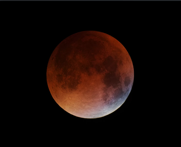 التُقطت هذه الصورة بواسطة Giuseppe Petricca أثناء الخسوف الكلي للقمر في 27 أيلول/سبتمبر عام 2015 من مدينة بيزا بأيطاليا. وذلك قبل دقيقتين من بداية مرحلة الاحتجاب الكلي للقمر. حقوق الصورة: Giuseppe Petricca
